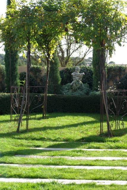 ... Jardin Renaissance à Lambesc , Gloriette Avec Glycines ...