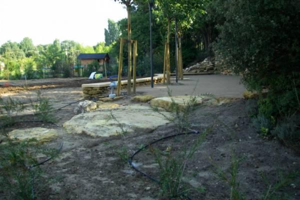 Aménager son jardin avec mur en pierres www.provencepaysagisme.com ...